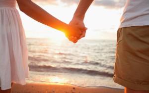 foto-zomer-wallpapers-hd-zomer-achtergronden-20-man-vrouw-hand-in-hand-strand-zee-ondergaande-zon